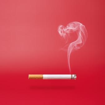 Fumo come punto interrogativo e una sigaretta fumante su sfondo rosso con spazio di copia.