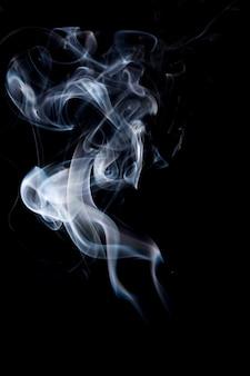 Fumo su sfondo nero.
