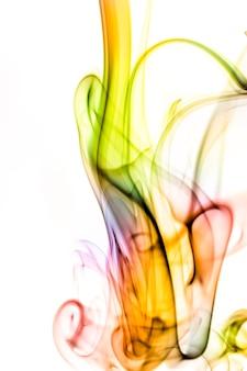 Fumo colorato su sfondo bianco
