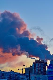 Il fumo esce dai tubi al tramonto