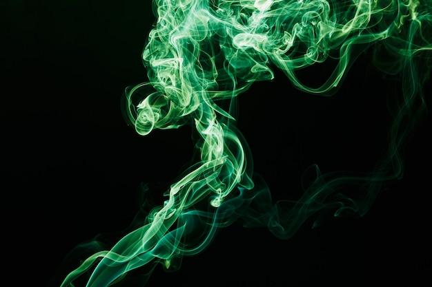 Fumo che fluttua nell'aria su sfondo scuro