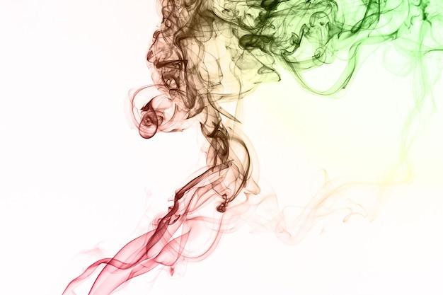 Fumo che fluttua nell'aria su sfondo bianco