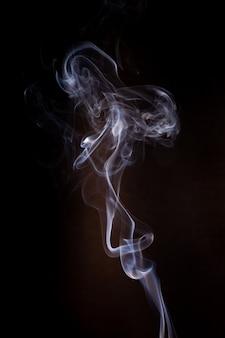 Movimento del fumo su sfondo nero.