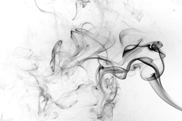 Movimento tossico del fumo su una priorità bassa bianca.