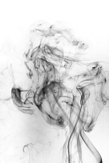 Movimento tossico del fumo su una superficie bianca.