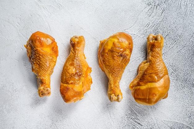 Cosce di pollo affumicate su un tavolo da cucina sul tavolo bianco. vista dall'alto.