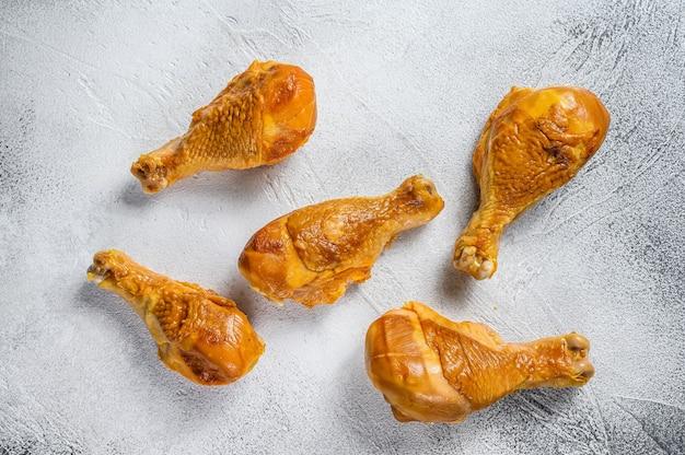 Cosce di pollo affumicate su un tavolo da cucina.