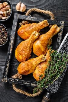Cosce di pollo affumicate con erbe e spezie.