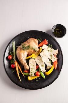 Pollo affumicato con insalate biologiche
