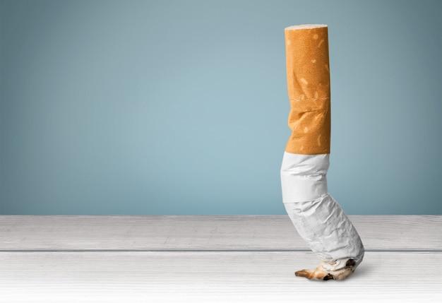 Fumato una sigaretta su uno sfondo di legno