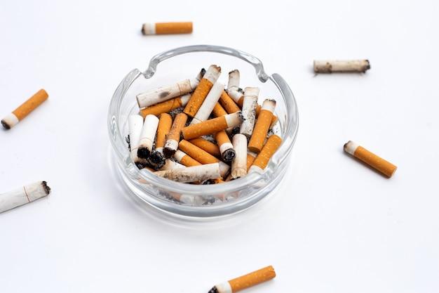 Sigarette affumicate su sfondo bianco. copia spazio