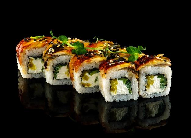Rotolo di anguilla affumicata. impostare il rotolo di sushi.