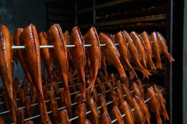 Concetto di produzione di pesce affumicato