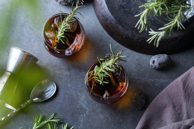 Cocktail antiquato del rosmarino affumicato bevanda alcolica forte, bevanda