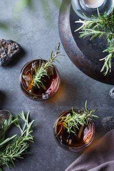 Cocktail vecchio stile al rosmarino affumicato su un tavolo