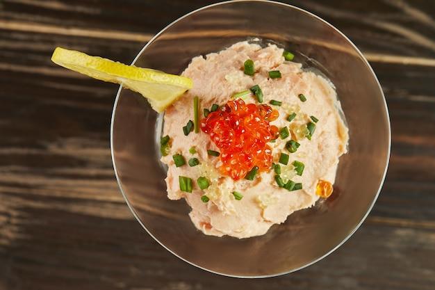 Mousse di salmone affumicato con caviale rosso nel bicchiere da martini. cucina gourmet francese. lay piatto