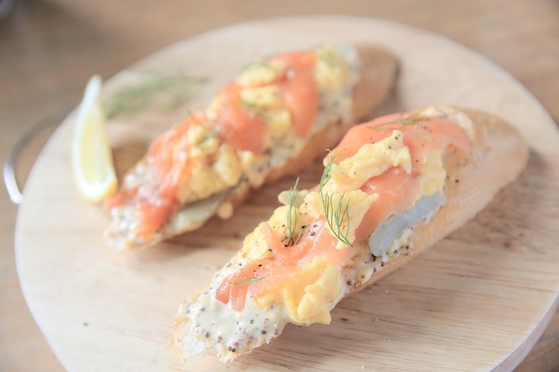 Salmone affumicato e uova strapazzate su pane