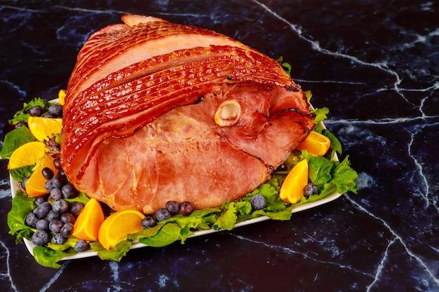 Prosciutto di maiale intero affumicato con frutta fresca. cibo salutare. avvicinamento.