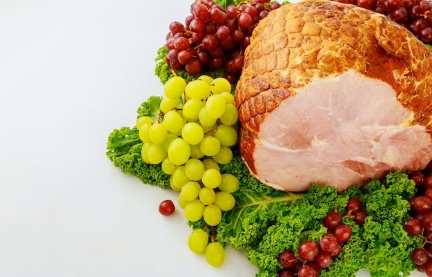 Prosciutto di maiale intero affumicato con frutta fresca. cibo salutare. pasto di pasqua.