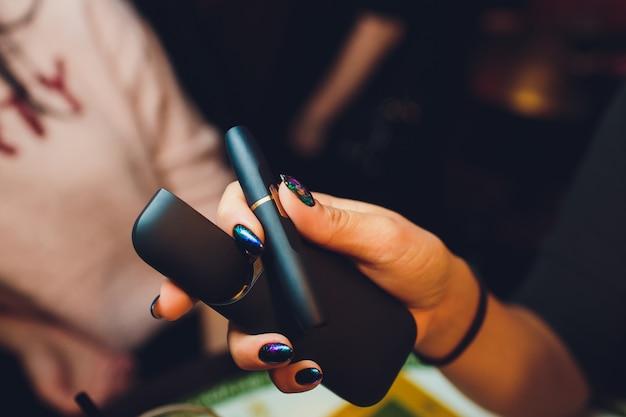 Dispositivo per sigarette senza fumo ibrido per fumatori che utilizza vere ricariche di tabacco, una tecnologia ibrida tra sigarette analogiche ed elettroniche.