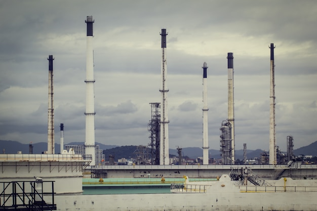 Fumaiolo nella torre della colonna dell'impianto petrolchimico e nel serbatoio dell'olio