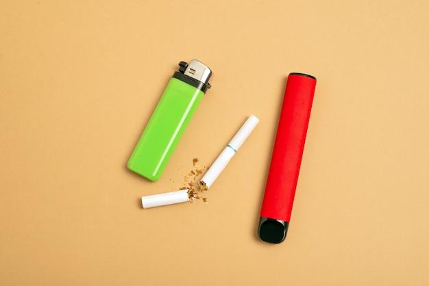 Concetto di scelta del fumo il vantaggio delle sigarette elettroniche usa e getta rispetto al tabacco convenzionale