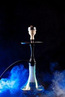 Fumare narghilè sul nero con spazio copia nebbia di colore