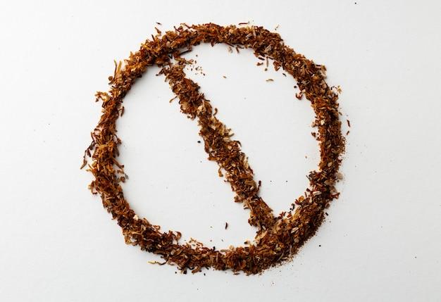 È vietato fumare banner con tabacco sparsi isolato