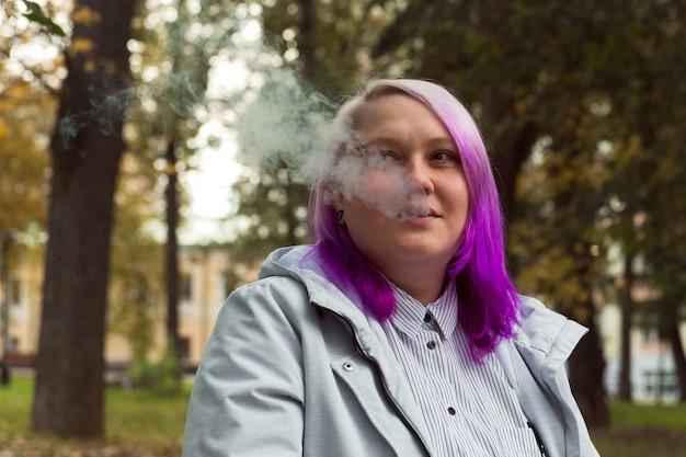 Fumatori lgbt donna capelli colorati ritratto all'aperto