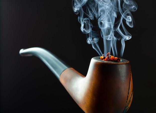 Pipa con bel filo di fumo. vista in primo piano