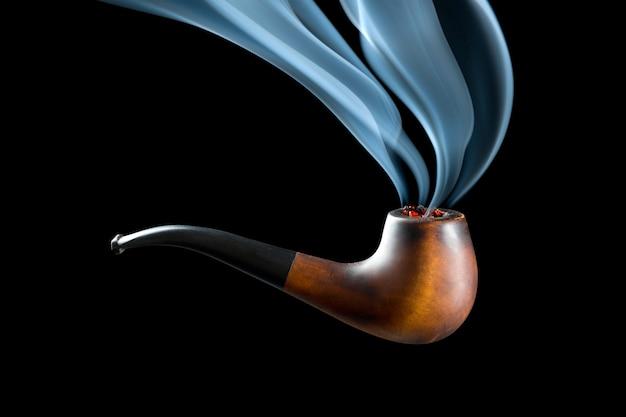 Pipa con bel filo di fumo. isolato su nero