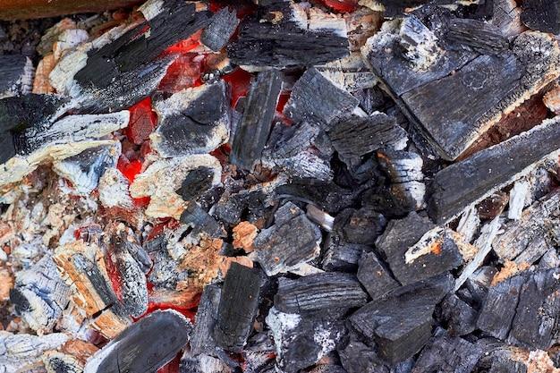 Carboni di legna ardenti preparati per arrostire la carne