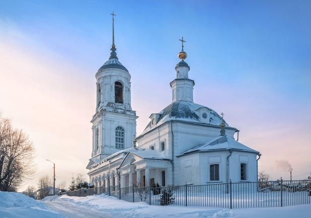 Chiesa di smolensk a murom alla luce di una sera d'inverno nevosa e soleggiata