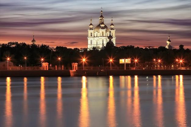 Cattedrale smolny a san pietroburgo alla luce delle luci della sera