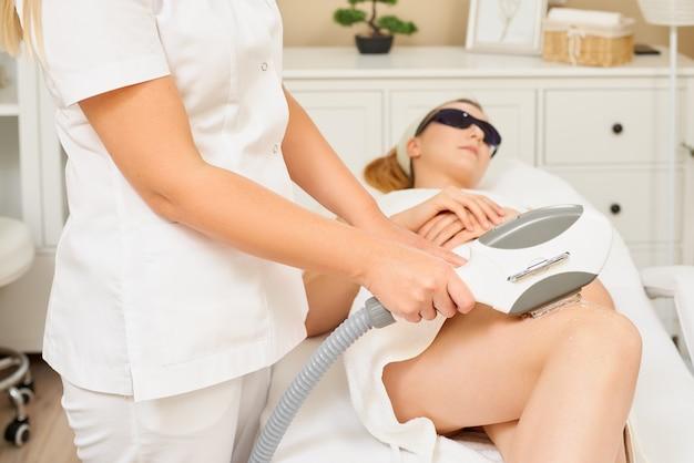 Pelle liscia sotto le braccia. donna sulla depilazione laser