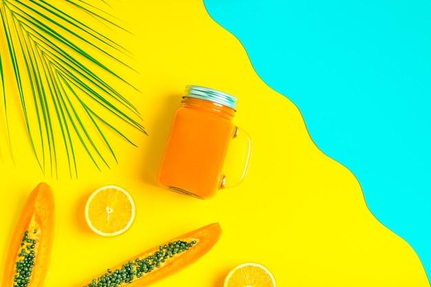 Frullati / cocktail / succo su un luminoso pastello, concetto estivo.