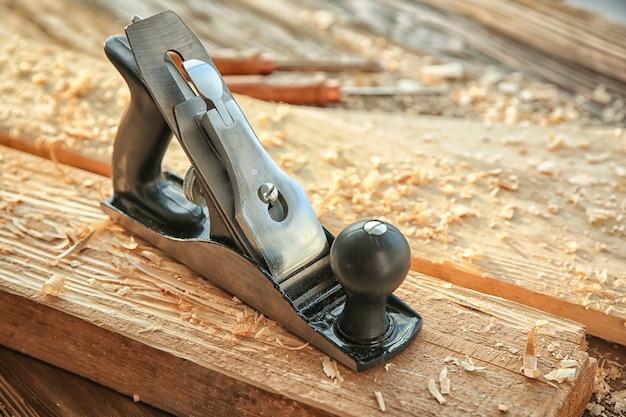 Pialla da lisciatura, assi di legno e segatura nella falegnameria