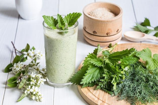 Frullato di yogurt, ortica ed erbe aromatiche