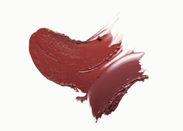 Sbavatura di rossetto marrone bordeaux macchiato di beckground bianco isolato