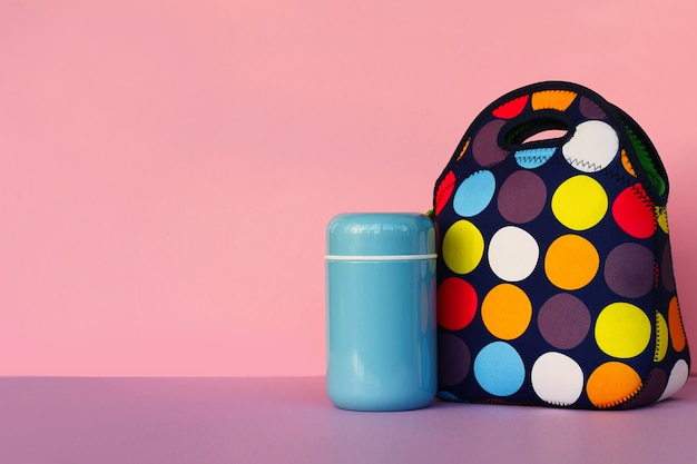 Merenda in pausa con un lunchbox borsa colorata thermos blu pranzo per uno scolaro o un impiegato d'ufficio...