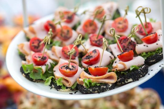 Spuntini sul tavolo durante un evento festivo o una cena