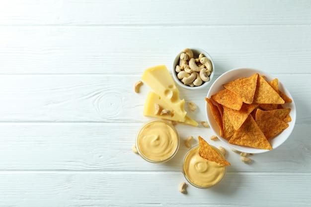 Spuntini con salsa di formaggio sul tavolo di legno bianco