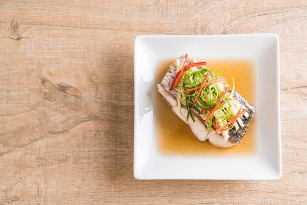 Pesce snapper al vapore con salsa di soia