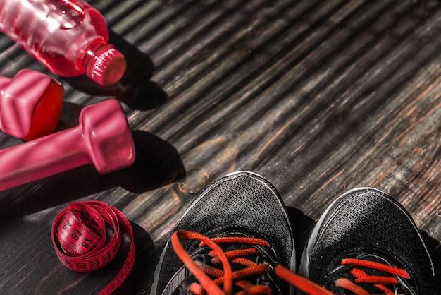 Manubri da ginnastica e una bottiglia d'acqua. vista piatta. tutto in un colore.
