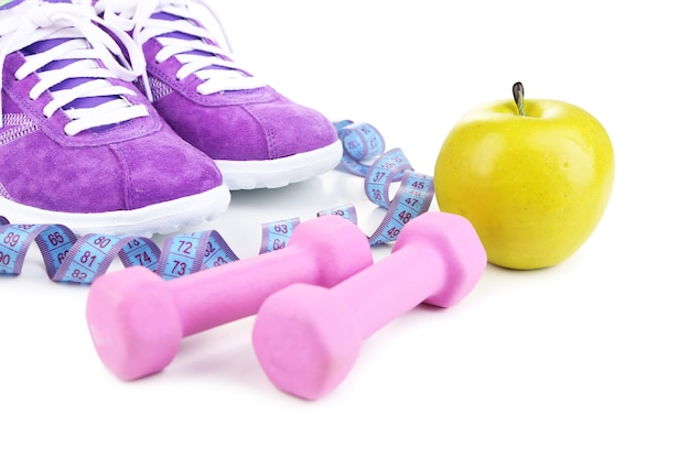 Scarpe da ginnastica e attrezzature sportive. foto concettuale dei progressi del fitness. isolato su bianco