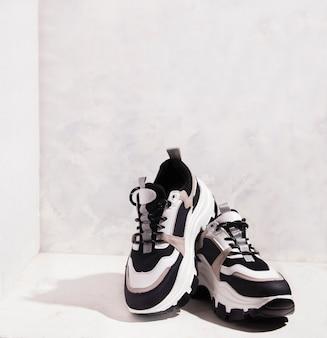 Sneakers con suola alta su sfondo grigio. copia spazio.