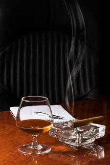 Bicchiere di cognac e sigaro