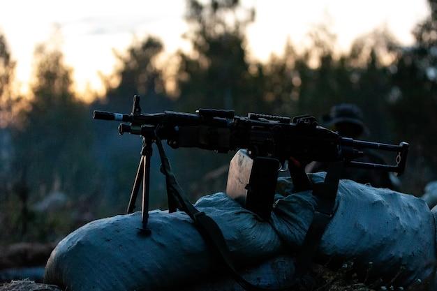 Squadra di cecchini armata di fucile da cecchino di grosso calibro che spara a bersagli nemici