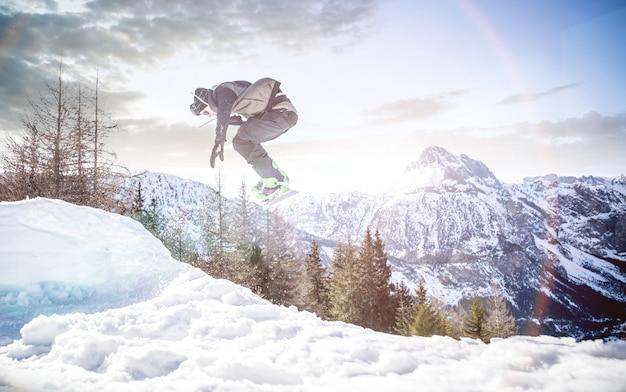 Snoboarder esegue trucchi sulla neve
