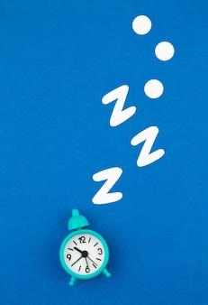 Sveglia classica russante su fondo pastello blu